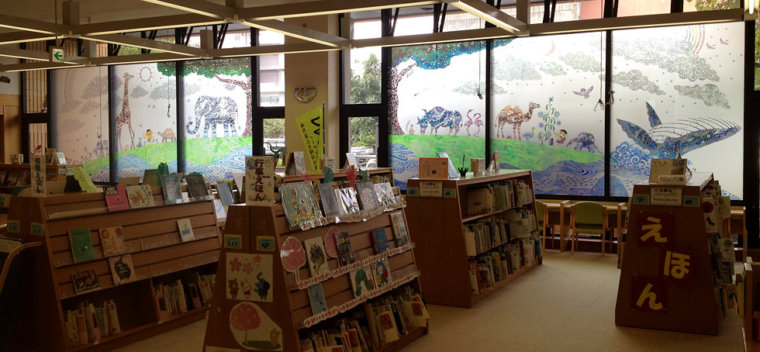 〈壁面〉 沖縄県立図書館「こどものへや」ガラス壁画